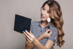 Применяться женщины брюнета составляет к себе, подготовке для e стоковое фото rf