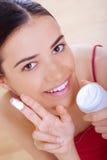 применяться cream смотрит на ее женщину Стоковые Фото