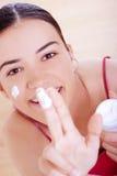 применяться cream смотрит на ее женщину Стоковые Фотографии RF