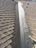Примерные ремонты утечки крыши на долине жилой крыши гонта; настилать крышу Стоковые Изображения