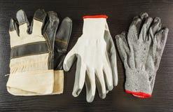 Примеры защитных перчаток для работника в месте работы Стоковые Фотографии RF