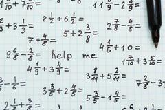 Примеры математики, надпись - помогите мне стоковые изображения