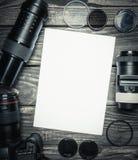 Примечание белой бумаги, пустая текстура на деревянном Стоковые Фотографии RF