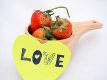 Примечание влюбленности прикрепленное на чашке клубники деревянной Стоковое Изображение RF