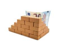 Примечание евро 20 за мини кирпичной стеной Стоковые Фотографии RF