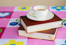 Примечание и кофе книги Стоковые Фотографии RF