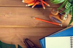 примечание книги и карандаша взгляд сверху на деревянной таблице Стоковая Фотография