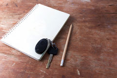 Примечание книги и карандаш и ключ Стоковые Изображения