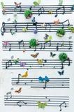Примечание музыки на стене стоковое изображение