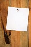 Примечание на деревянной предпосылке Стоковое Изображение RF
