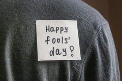 Примечание на задней части молодого человека с шуточным текстом Шутка первое -го апрель стоковая фотография rf