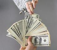 Примечание наличных денег рудоразборки рук супруга Стоковое Изображение