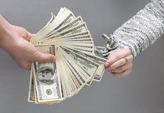 Примечание наличных денег рудоразборки рук супруга Стоковые Изображения RF