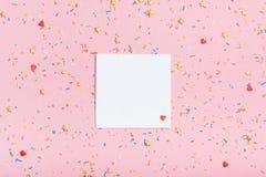 Примечание на розовой предпосылке Стоковые Фото