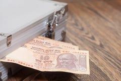 Примечание 10 рупий (индийская валюта) в серебряном чемодане Стоковое Изображение RF