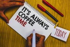 Примечание сочинительства показывая ему s всегда время кофе Цитата фото дела showcasing для любовников кофеина выпивает на всем h Стоковые Изображения