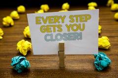 Примечание сочинительства показывая каждый шаг получает вас близкий Фото дела showcasing Keep двигая для достижения ваших задач ц стоковое фото