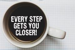 Примечание сочинительства показывая каждый шаг получает вас близкий Фото дела showcasing Keep двигая для достижения вашей кружки  стоковые фото
