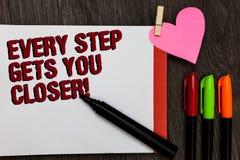 Примечание сочинительства показывая каждый шаг получает вас близкий Фото дела showcasing Keep двигая для достижения вашего wor за стоковые фотографии rf