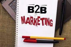 Примечание сочинительства показывая маркетинг B2B Фото дела showcasing b Стоковые Фото