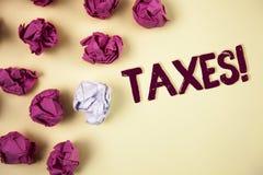 Примечание сочинительства показывая налогам мотивационный звонок Деньг фото дела showcasing потребовала правительством для своей  Стоковая Фотография RF