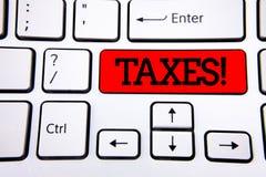 Примечание сочинительства показывая налогам мотивационный звонок Деньг фото дела showcasing потребовала правительством для своей  Стоковые Фотографии RF