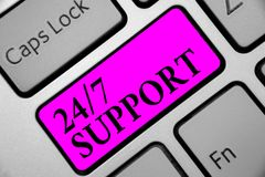 Примечание сочинительства показывая 24 7 поддержку Фото дела showcasing дающ помощь не обслуживать весь все время никакую клавиат стоковое изображение rf