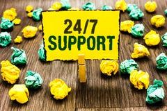Примечание сочинительства показывая 24 7 поддержку Фото дела showcasing дающ помощь обслуживать весь все время отсутствие времени стоковые фотографии rf