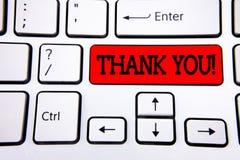 Примечание сочинительства показывая спасибо мотивационный звонок Writte признательности подтверждения приветствию благодарности ф стоковая фотография rf