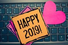 Примечание сочинительства показывая счастливое 2019 Время или день фото дела showcasing на котором новый календарный год начинает стоковое фото rf
