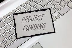 Примечание сочинительства показывая финансирование проектов Оплачивать фото дела showcasing для начала вверх в заказе делает им б стоковое фото rf
