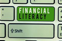 Примечание сочинительства показывая финансовую грамотность Showcasing фото дела понимает и знающий о том, как деньги работают стоковые фото