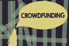 Примечание сочинительства показывая Crowdfunding Финансирование фото дела showcasing проект путем поднимать деньги от большого ко стоковая фотография rf