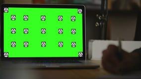 Примечание сочинительства на бумаге view4 Экран для насмешки вверх сток-видео