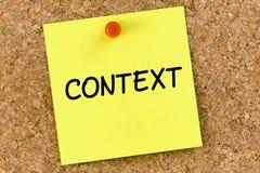 Примечание PostIt контекста прикололо к пробковой доске или corkboard стоковая фотография rf