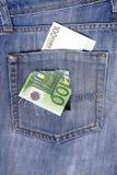 100 примечаний евро в заднем карманн джинсов вполне отверстий. Стоковое Изображение