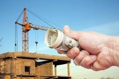100 примечаний доллара США в руке против конструкции Стоковое Изображение