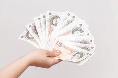 10 примечаний фунта Государственного банка Англии в руке Стоковые Фотографии RF