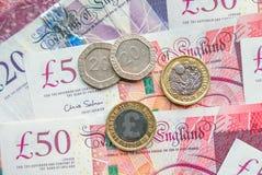 Примечания английского фунта и предпосылка монеток финансовая Стоковая Фотография RF