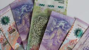 Примечания валюты Аргентины 5 и 100 песо, конца вверх сток-видео