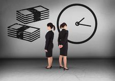 Примечания денег и время часов при коммерсантка смотря в противоположных направлениях Стоковая Фотография RF