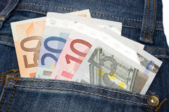 Примечания евро в карманн джинсов стоковое изображение