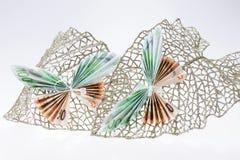 Примечания евро в форме бабочек на декоративных блестящих лист Стоковое Изображение RF