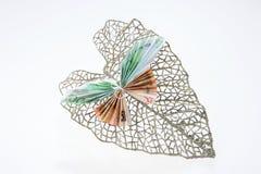 Примечания евро в форме бабочек на декоративных блестящих лист Стоковое Фото