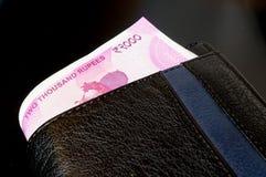 Примечания индийской рупии 2000 в черном кожаном бумажнике Стоковые Изображения RF