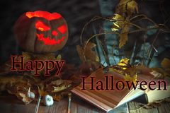 примечания лунного света halloween летучей мыши предпосылки Лампа Джек тыквы, книги, чеснока и aut стоковое изображение rf