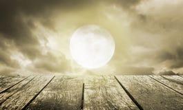 примечания лунного света halloween летучей мыши предпосылки Пугающее небо с полнолунием и деревянным столом Стоковое фото RF