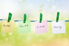 Примечания написанные на листах бумаги на зеленом цвете Стоковые Изображения
