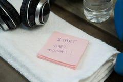 Примечания наушников, бутылки с водой, полотенца и ручки Стоковое Изображение