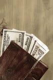 примечания 100-доллара в старом коричневом ларце Стоковые Изображения RF